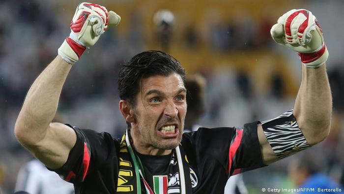 Gianluigi Buffon celebrates after winning the Scudetto (Foto: Getty)