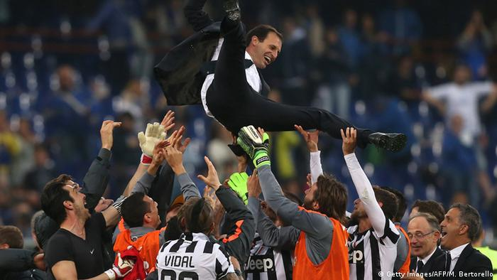 Juventus' players celebrate with their coach Massimiliano Allegri (Foto: Getty)