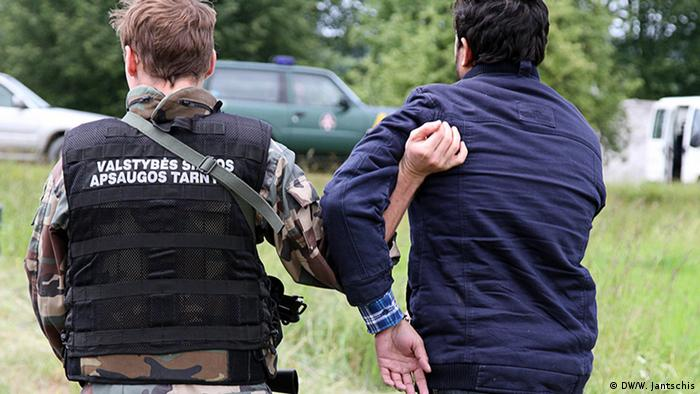 Литовский пограничник задерживает очередного нарушителя границы