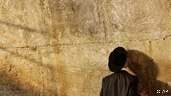 Ein orthodoxer Jude betet an der Klagemauer für Ariel Sharon