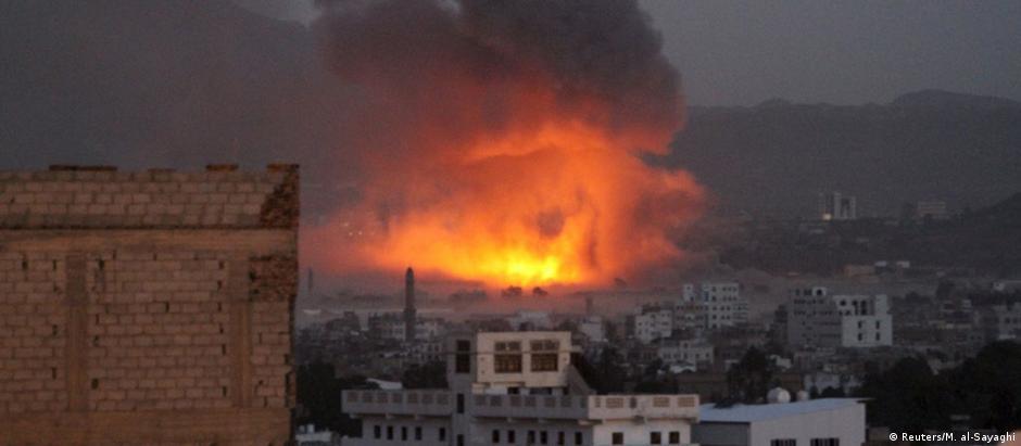 Quartel-general dos houthis, no centro de Sana, sob bombardeio saudita