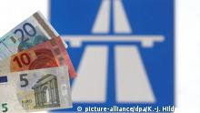 Euro currency depicted in front of a highway sign (picture-alliance/dpa/K.-J. Hildenbrand)