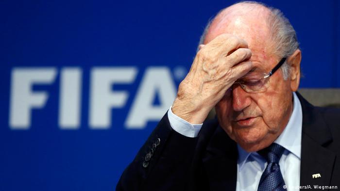 Sepp Blatter mit Hand vor der Stirn (Foto: Reuters/A. Wiegmann)