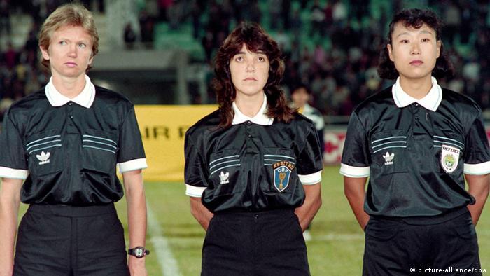 در این مسابقات نیز زنان داور توانستند جایی برای خود باز کنند. تصویری از نخستین تیمی متشکل از سه داور زن که در اولین دوره از مسابقات جام جهانی فوتبال در سال ۱۹۹۱ در چین داوری بازی را برعهده داشتند (از چپ به راست): لیندا بلک (نیوزیلند)، کلودیا واسکانسلوس (برزیل)، و زو شیودی (چین).
