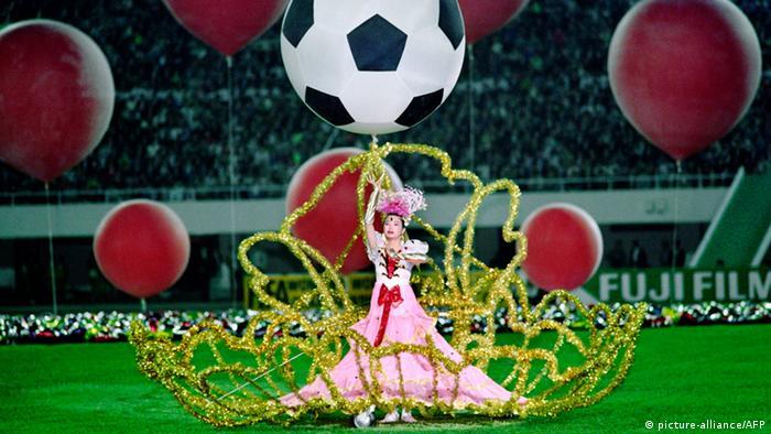 در سال ۱۹۹۱ نخستین دوره از مسابقات جام جهانی فوتبال زنان برگزار شد که میزبانی آن را کشور چین بر عهده داشت. این مسابقات با حضور ۱۲ تیم از جمله آلمان برگزار شد. در خور توجه آنکه طول هر نیمه از بازی در این مسابقات نه ۴۵ دقیقه بلکه ۴۰ دقیقه بود. صحنهای از جشن افتتاحیه جام جهانی فوتبال در سال ۱۹۹۱.