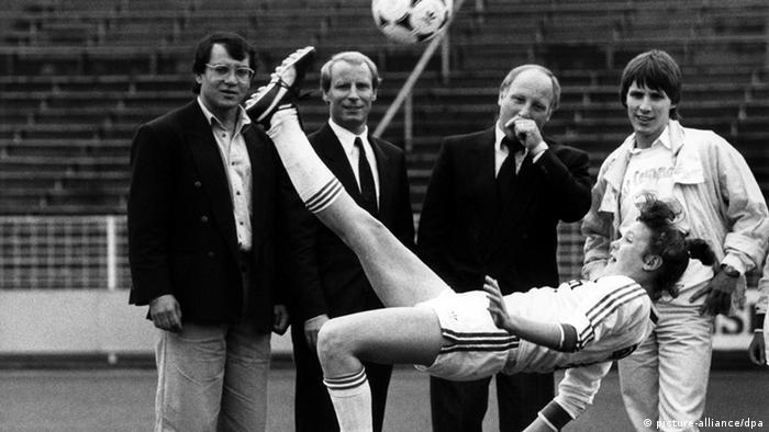 فوتبال زنان در آلمان اما در طول نزدیک به نیم قرن گذشته روندی صعودی را پشت سر گذاشته و از لحاظ ساختار و تاسیس لیگهای مختلف دچار تغییر و تحولات اساسی شده است. در سال ۱۹۸۲ نیز تیم ملی فوتبال زنان آلمان شکل گرفت. تصویر: فلیکس ماگات، برتی فوگتس و اووه زلر (از چپ) چهرههای فوتبال آلمان شاهد هنرنمایی تکنیکی یکی از استعدادهای جوان فوتبال زنان در سال ۱۹۸۷ هستند.