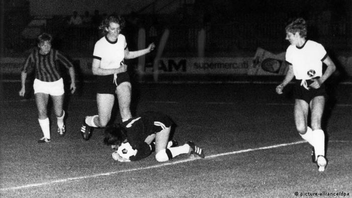 از دیگر دلایل این تحولات در آلمان نیز این بود که مسئولان فدراسیون فوتبال این کشور ظاهرا ترجیح میدادند که نظارت و کنترل فوتبال زنان از دستشان خارج نشود. از آن زمان بود که ورزش فوتبال در عرصه ملی و بینالمللی آرامآرام جایی برای خود در آلمان باز کرد. صحنهای از دیدار تیمهای ملی فوتبال زنان آلمان (پیراهن سفید) و دانمارک در سال ۱۹۷۰.