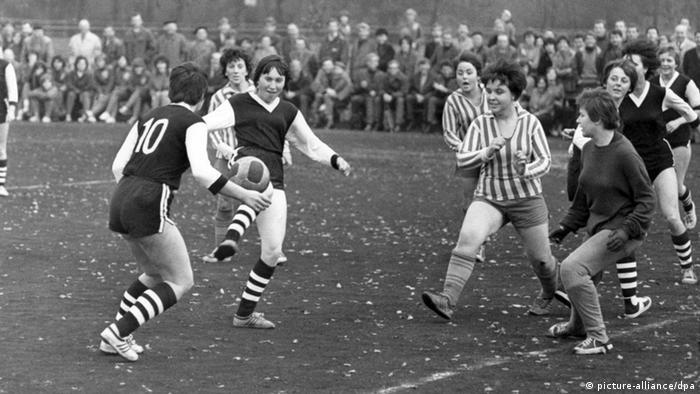 افزایش مخالفتها از جناحهای مختلف در دهههای پس از آن سبب شد که زنان کم و بیش از صحنه فوتبال دور شوند. پس از جنگ جهانی دوم نقش زنان در شکلگیری آلمان نوین به مراتب پررنگتر شد و آنان در تلاش برای احراز حقوق خود در همه زمینهها از جمله ورزش بودند. فدراسیون فوتبال آلمان علیرغم این امر باشگاههای این کشور را در سال ۱۹۵۵ رسما از اینکه بخشی از فعالیتهای خود را به فوتبال زنان اختصاص دهند، منع کرد.