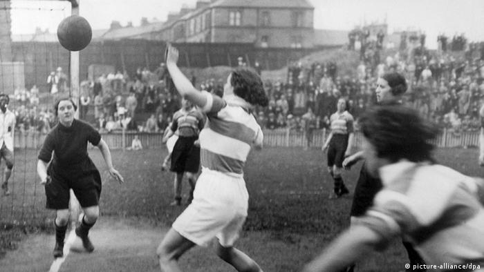 اهمیت بازیهای خیریه و پرتماشاگری که میان تیمهای فوتبال زنان برگزار میشد، پس از پایان جنگ جهانی اول و بازگشت مردان از جبهه جنگ روز به روز کاهش یافت. سرانجام در سال ۱۹۲۱ میلادی فدراسیون فوتبال انگلیس از باشگاهها خواست که از فعالیتهای زنان در این عرصه پشتیبانی نکنند. اگرچه فوتبال زنان پس از این فراخوان کاملا از صحنه محو نشد، اما بهشدت رنگ باخت. تصویری از مسابقه دختران دو کالج در انگلیس.