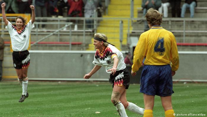 زنان آلمان اگر چه در اولین جام جهانی حضوری چندان موفقیتآمیز را تجربه نکردند، اما پس از آن توانستند به غولی در اروپا و جهان بدل شوند. زنان آلمان تا به حال ۸ بار (در سالهای ۱۹۸۹، ۱۹۹۱، ۱۹۹۵، ۱۹۹۷، ۲۰۰۱، ۲۰۰۵، ۲۰۰۹ و ۲۰۱۳) بر جام قهرمانی فوتبال اروپا بوسه زدهاند و از این لحاظ گوی سبقت را از مردان این کشور ربودهاند. تصویر: شادی سفیدپوشان آلمان در برابر سوئد در فینال مسابقات قهرمانی اروپا ۱۹۹۵.