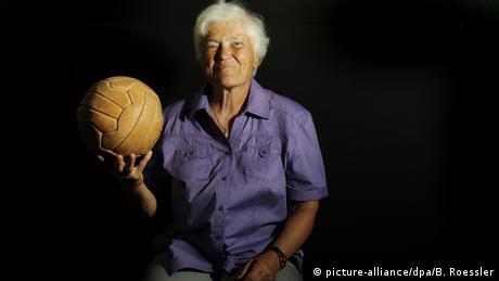 Deutschland Frauenfußball-Pionierin Bärbel Wohlleben (picture-alliance/dpa/B. Roessler)
