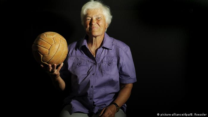 بربل ووللبن (Bärbel Wohlleben) از جمله پیشکسوتان فوتبال زنان در آلمان محسوب میشود. او نخستین فوتبالیست زنی است که یکی از گلهایش از سوی فوتبالدوستان آلمان به عنوان بهترین گل ماه انتخاب شد.