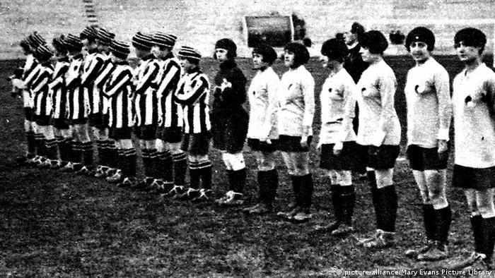 در اوایل دهه ۱۹۲۰ میلادی که اروپا نخستین سالهای پس از پایان جنگ جهانی اول را تجربه میکرد، بیش از ۱۵۰ تیم فوتبال زنان در انگلیس فعالیت داشتند. معروفترین و موفقترین آنها تیمی به نام Dick Kerr Ladies F.C. (چپ در تصویر) بود که همه بازیکنان آن در کارخانه ماشینسازی و مهماتسازی Dick Kerr کار میکردند و در مقابل حریفان داخلی و خارجی به میدان میرفتند.