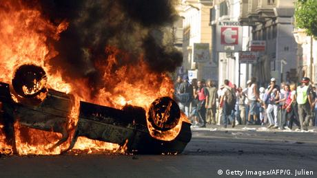 Burnding car at G8 in Genoa in 2001 (Getty Images/AFP/G. Julien)