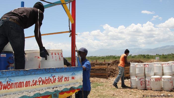 Photo: Un camion chargé de conteneurs blancs.  (Source: Vic Hinterlang pour SOIL)