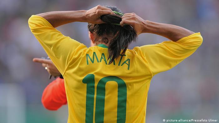 در فوتبال زنان نیز شماره پیراهن گاه نقشی پراهمیت بازی میکند. مارتا، ستاره تیم ملی فوتبال زنان برزیل که چندین بار به عنوان بهترین بازیکنان جهان برگزیده شده، پیراهن شماره ۱۰ را بر تن دارد؛ شمارهای که ستارگان مرد فوتبال برزیل چون پله، زیکو، رونالدینیو و نیمار بر تن داشته و دارند.