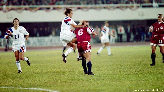 تیم ملی فوتبال زنان آلمان که در صف مدعیان قرار داشت، در نخستین جام جهانی به مقام چهارم دست یافت. عنوان قهرمانی جام ۱۹۹۱ از آن زنان آمریکا شد که در دیدار فینال نروژ را در حضور ۶۰ هزار تماشاگر با نتیجه ۲ بر یک شکست دادند. تصویری از پیکار نهایی این مسابقات میان آمریکا (پیراهن سفید) و نروژ.