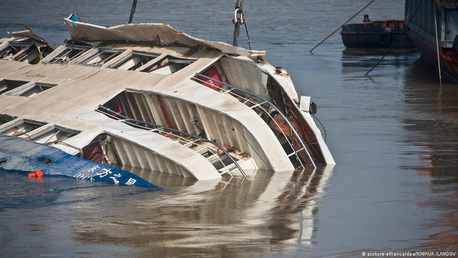 Cruise ship righted on Yangtze, 400 or more feared dead | DW | 05.06.2015