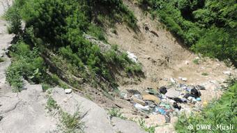 Nemar i nebriga za životnu okolinu: uz klizište koje je odnijelo cestu niče divlja deponija smeća