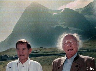 Heinrich Harrer (der.), junto con Andreas Heckmair, otro famoso alpinista, ante el pico Eiger, en Suiza, al que doblegaron. Foto de 1998.
