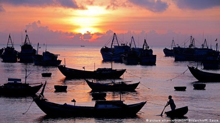 Sonnenaufgang am Südchinesischen Meer (picture alliance/DUMONT Bildarchiv/M. Sasse)