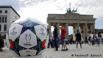 Профессиональный мяч Adidas Finale Berlin, который был в игре во время финала Лиги чемпионов УЕФА в Берлине