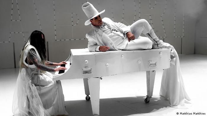 Тилль Линдеман - всегда немного клоун (снимок из клипа Praise Abort)