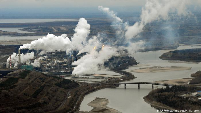 Aerial view of the Suncor oil sands extraction facility on the banks of the Athabasca River and near the town of Fort McMurray in Alberta Province (photo: AFP/Getty Images/M. Ralston)