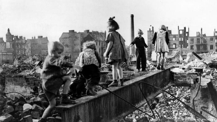 Children playing among rubble in 1940s post-war Germany, Copyright: picture-alliance/dpa