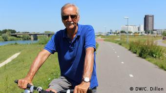 Hollandischer Mann fährt Fahrrad