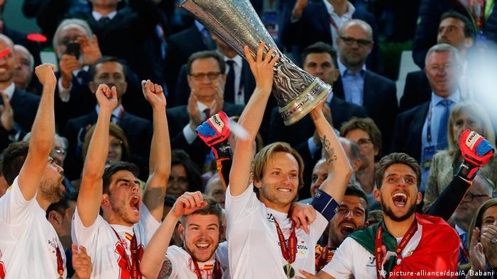 Ivan Rakitić s peharom Europske lige koji je osvojio sa Sevillom 2014. (picture-alliance/dpa/A. Babani)
