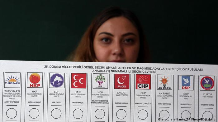 Türkei Wahlen Wahllokal Frauen (picture-alliance/AP Photo/B. Ozbilici)