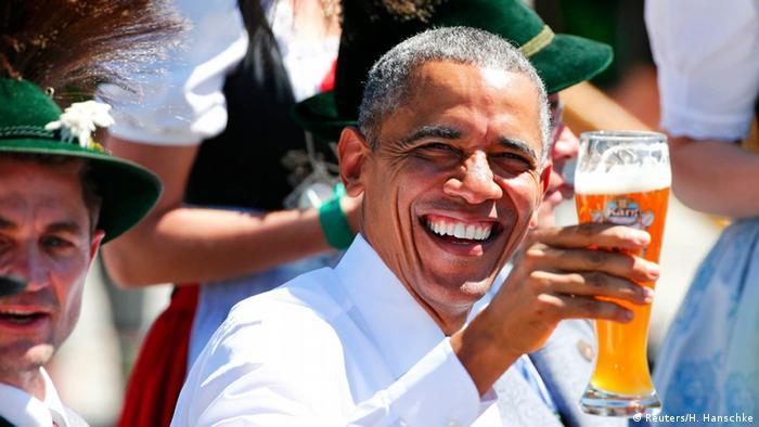 Президент Обама выпил пива и обещал купить кожаные баварские штаны
