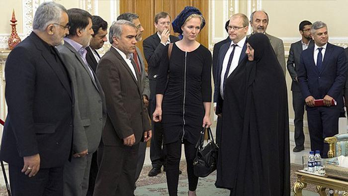 زنان در مسند قدرت در اروپا یا آسیا پرشمارند و ارتباط و سفر امری ناگزیر. آنها وقتی در سفر به ایران ناچارند پروتکل حجاب را رعایت کنند، بر سر دو راهی قرار میگیرند. در بسیاری تصاویر میتوان دید که این زنان از پوشیدن روسری معذب و درماندهاند. تازه بر سر همین که چه پوشیدند و چگونه چیزی بر سر انداختند جنجال میشود. یک نمونه حجاب ماریچه اسخاکه نماینده پارلمان هلند در دیدار با مقامات ایرانی.