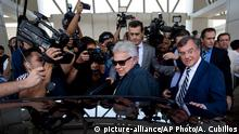 7.6.2015 *** Spain's former president Felipe Gonzalez, center, boards a car upon his arrival at Maiquetia International airport in la Guaira, Venezuela, Sunday, June 7, 2015. Gonzalez is visiting Venezuela where he expects to visit the imprisoned mayor Caracas, Antonio Ledezma and jailed opposition leader Leopoldo Lopez. Gonzalez did not give more details about his agenda at his arrival. (AP Photo/Ariana Cubillos)