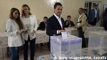 7.6.2015 *** Bildunterschrift:Mexican President Enrique Pena Nieto votes next to his wife Angelica Rivera (C) and his stepdaughter Sofia Castro (L) in Mexico City on June 7, 2015, during legislative and local elections. Mexicans headed to the polls Sunday amid protests in the troubled southern state of Guerrero. The government of President Enrique Pena Nieto deployed troops and police this weekend to patrol the streets, skies and seas of Mexico to ensure people can cast their ballots. AFP PHOTO/ALFREDO ESTRELLA (Photo credit should read ALFREDO ESTRELLA/AFP/Getty Images)