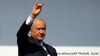 Ο αρχηγός του εθνικιστικού κόμματος MHP Ντεβλέτ Μπαχτσελί με τον χαρακτηριστικό χαιρετισμό