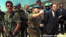 ARCHIV 1995 **** UN special envoy Yasushi Akashi (R) is accompanied by UN soldiers at Sarajevo airport 22 April after Bosnian-Serbs refused to allow contact-group members and US dplomats into Sarajevo. Akashi later left the capital together with the diplomats to Zagreb. COLORplus
