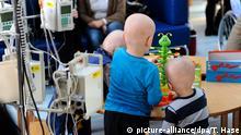 16.12.2010 *** Drei junge Patienten spielen am Donnerstag (16.12.2010) in München (Oberbayern) in der Tagesklinik für Krebspatienten im Haunerschen Kinderkrankenhaus miteinander. Foto: Tobias Hase dpa/lby