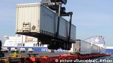 03.02.2014 *** ARCHIV - Ein Güterzug wird am 03.02.2014 im Ostuferhafen in Kiel (Schleswig-Holstein) beladen. Schleswig-Holsteins Wirtschaft leidet verstärkt unter der Russland-Krise. Die Exporte sind eingebrochen. Besonders betroffen sind Auto-Industrie, Maschinenbau und Ernährungswirtschaft Foto: Carsten Rehder/dpa (zu dpa «Kieler Minister sieht Schäden für Wirtschaft wegen Russland-Krise» vom 23.05.2015) +++(c) dpa - Bildfunk+++