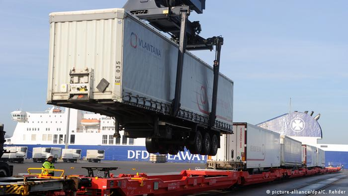 Погрузка контейнера на железную дорогу