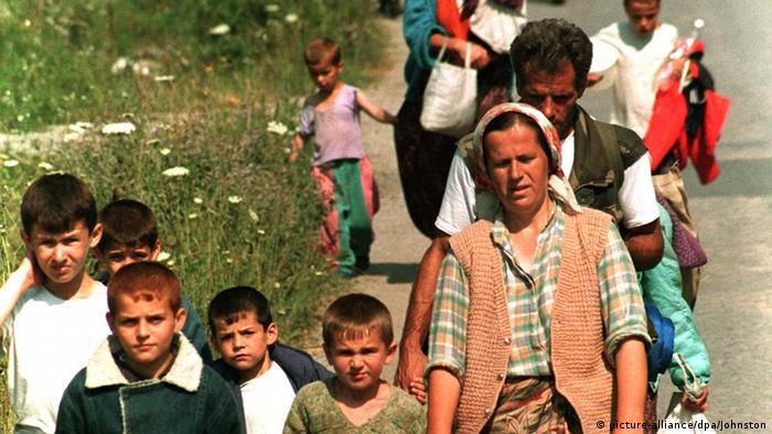 Izbjeglice iz Srebrenice 1995. stižu u Tuzlu