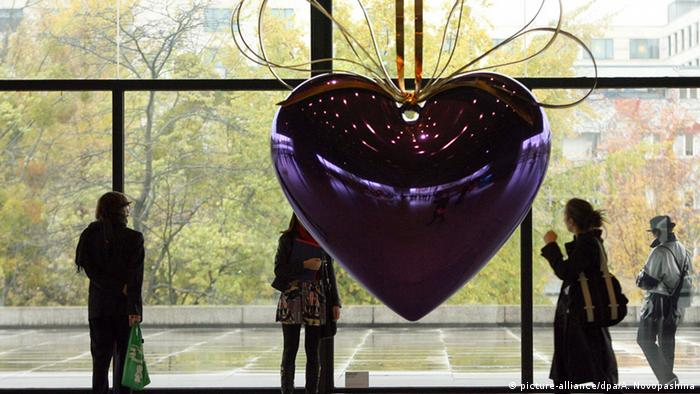 Heart sculpture at the Berlin exhibition (Photo: Alina Novopashina dpa/lbn)