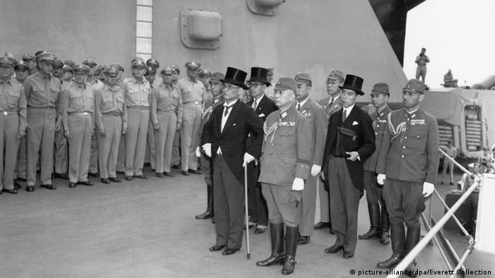 O ministro das Relações Exteriores do Japão, Mamoru Shigemitsu (na frente, de cartola) chega a bordo do USS Missouri, na Baía de Tóquio, para assinar a rendição japonesa na Segunda Guerra Mundial, em setembro de 1945.