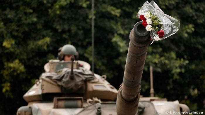 Jasminrevolution Tunesien, ein Blumenstrauß im Lauf eines Panzers (Photo by Christopher Furlong/Getty Images)