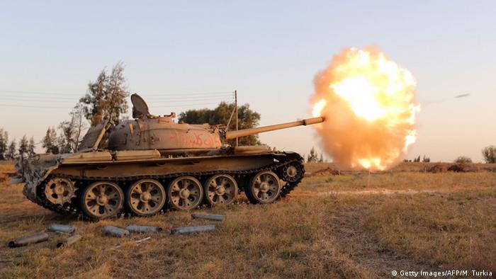 Kämpfer der Miliz Fajr Libya (Libysche Morgendämmerung) feuern aus einem Panzer während eines Kampfes mit Kräften der international anerkannten Regierung, südwestlich von Sabratha, 28.04.2015 (Foto: Getty Images/AFP)
