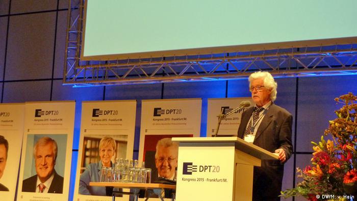 Professor Hans-Jürgen Kerner auf dem Podium im Frakfurter Congresszentrum bei der Eröffnung des 20. Deutschen Präventionstages. (Foto: DW, Matthias Von-Hein)