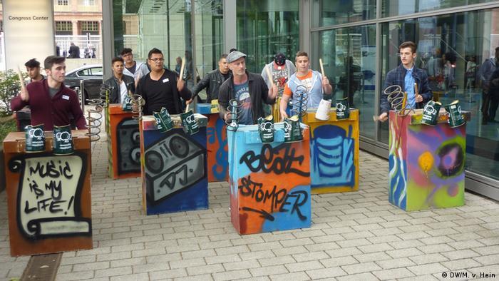 Die ruppe Beat-Stomper probt vor dem Frankfurter Congresszentrum (Foto: DW, Matthias von Hein)