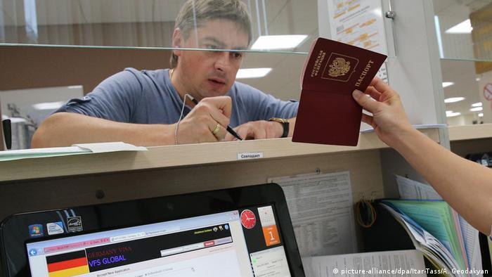 Заявитель заполняет форму на получение шенгенской визы в Москве
