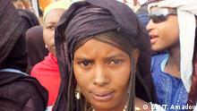 Edle Stoffe für besondere Anlässe Azahra Shawurgi ist 18 Jahre alt und kommt aus der Region Agadez im Niger. Ich habe mit 15 Jahren angefangen, ein Kopftuch zu tragen, erinnert sie sich. Wir haben am diesem Tag eine großes Party gemacht. Die Tuareg-Frauen im Niger tragen das Kopftuch zu ganz besonderen Anlässen, zum Beispiel bei islamischen Festen. Die Tücher sind sehr teuer, eins kostet 100 Euro, berichtet eine von ihnen. Fotografiert von Tilla Amadou/DW